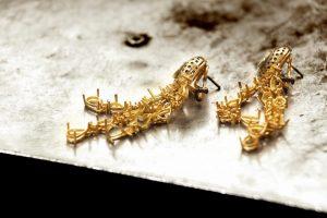 עגילי זהב תלויים